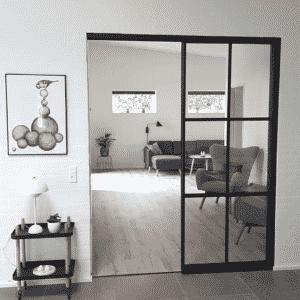 Newyorker-væg m. skydedør ml. køkken og stue, Svane Glas